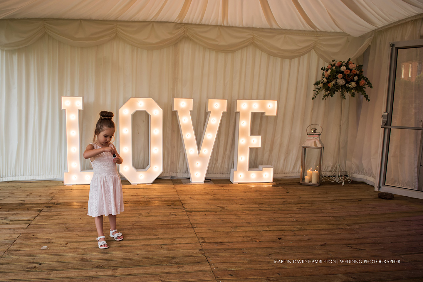 wedding love sign and child guest